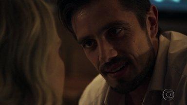 Renato garante a Fabiana que sabe como tomar o dinheiro de Clara - Vilão seduz e manipula a esposa