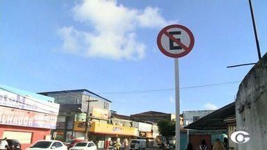 SMTT colaca novas placas de sinalização após retirada de feirantes do Jacintinho - A repórter Heliana Gonçalves traz mais informações sobre o assunto.