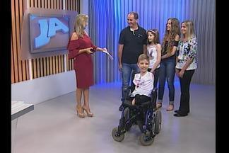 Família Linck comemora mais uma conquista - Tiago Linck ganhou uma cadeira de rodas para ajudar na locomoção.
