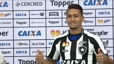 Volante Jean é apresentado como o novo reforço do Botafogo - Volante Jean é apresentado como o novo reforço do Botafogo