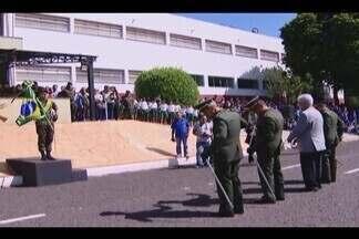 Comandantes e militares comemoram o Dia do Exército em Uberlândia - Manhã desta quinta-feira (19) foi marcada por homenagens e entrega de medalhas na 3º Brigada de Infantaria Motorizada. Crianças do Pelotão Esperança também participaram da comemoração.