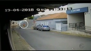 Servidor de prefeitura escapa de ser atropelado por carro desgovernado em MG - Servidor de prefeitura escapa de ser atropelado por carro desgovernado em MG