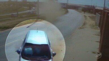 Vídeo mostra acidente com carro roubado durante perseguição em Campinas - Imagens mostram o momento em que o veículo bate em um muro da Avenida John Boyd Dunlop. Um suspeito foi preso e o outro conseguiu fugir.
