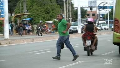 Pedestres tem um ano para se adaptar a novas leis de trânsito - Uma das novas multas podem ocorrer se o pedestre atravessar fora da faixa, por exemplo.