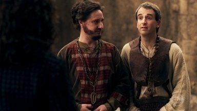 Orlando e Petrônio demonstram ao Rei como será o enforcamento - Os conselheiros discutem sobre quem teve a ideia