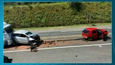 Quatro pessoas ficam feridas em acidente em Tibagi - Segundo a Polícia um caminhão teria causado um engavetamento