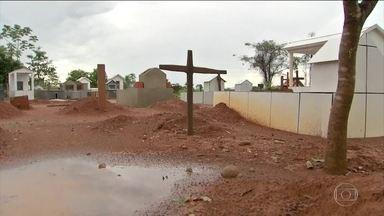 Chacina em Colniza completa um ano e suposto mandante está foragido - Nove trabalhadores rurais foram mortos em assentamento agrário no Mato Grosso; motivação para os crimes foi a disputa por terra e madeira.