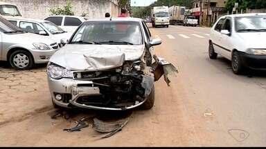 Carro e caminhão se envolvem em acidente em Colatina, ES - Batida foi no bairro Carlos Germano Naumann.
