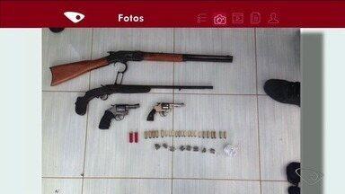 Quatro pessoas são detidas com armas em Pinheiros, ES - Operação aconteceu no bairro Domiciano, durante investigação de tráfico de drogas. Detidos foram levados para a delegacia da cidade.