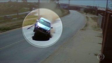 Flagrantes mostram imprudência no trânsito, que quase terminaram em tragédia no RJ e SP - BRT do Rio foi flagrado circulando com a porta pendurada. E em Campinas (SP) um bandido perdeu o controle do carro e atravessou a pista.