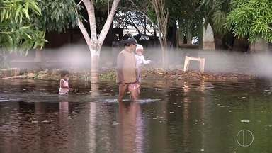 Alagamentos continuam trazendo transtornos aos moradores de Lagoa de Cima, em Campos, RJ - Assista a seguir.