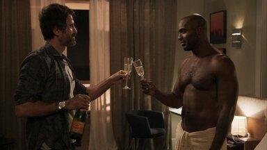 Samuel e Cido comemoram reconciliação - Adinéia tenta fazer chantagem emocional com o filho para que ele fique com Suzy
