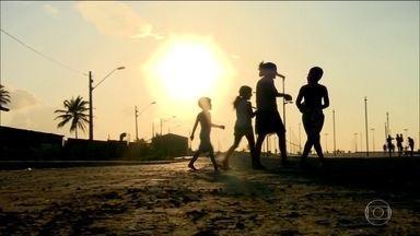 Estudo mostra retrato preocupante da realidade de crianças e jovens - Estudo da Fundação Abrinq revela que 17 milhões de crianças e adolescentes de zero a 14 anos vivem em situação familiar de pobreza no país.