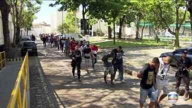 Defensoria tenta libertar 40 presos em operação contra milícia, no Rio - Dos 159 detidos, 139 não tinham anotações criminais. Um deles vai passar por avaliação psicológica nos próximos dias.