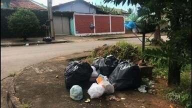 Moradores relatam estar há quase uma semana sem coleta de lixo em Aparecida de Goiânia - Eles dizem que o problema é frequente. Calçadas ficam cheias de lixo, porque as lixeiras já não estão lotadas.