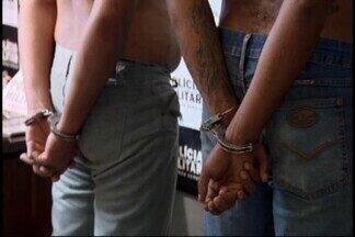 Três homens são presos em Divinópolis suspeitos de roubo - De acordo com a PM, eles fizeram um empresário de refém e trocaram tiros com os policiais.