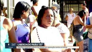 Famílias esperam soltura de 137 presos em operação contra a milícia - Ainda há procedimento a ser feito até que os 137 homens sejam liberados da cadeia