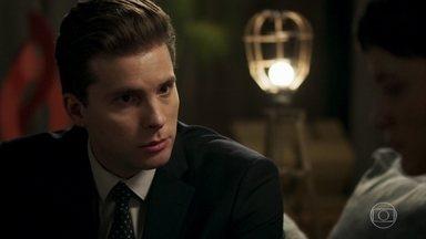 Patrick alerta Clara sobre Gael e o advogado confessa que ainda a ama - Patrick afirma a Clara que, com as informações que reuniu, Bruno já pode abrir um inquérito contra Sophia