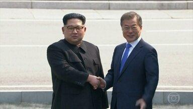 Líderes das Coreias fazem encontro histórico - Pela primeira vez desde a divisão entre as Coreias, ao final da Segunda Guerra Mundial, um líder do Norte pisou em território do Sul.