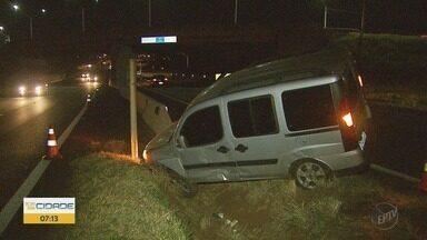 Dois acidentes provocam lentidão na Rodovia Antônio Machado Sant'Anna - Batidas aconteceram próximo ao Poupatempo.