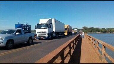 Acidente entre carro e caminhão causa morte na ponte entre Colômbia, SP, e Planura, MG - Colisão causou um congestionamento na manhã desta sexta-feira (27).