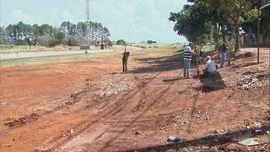 Entulho jogado em terreno no Jardim Progresso é retirado pela Prefeitura de Ribeirão - Área estava tomada por móveis velhos e foi limpa após denúncia do 'Até Quando?'.