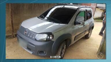 Civil faz perícia em carro que teria sido usado em ataque de traficantes em Angra dos Reis - Dois morreram e outros dez são baleados em ataque de traficantes.