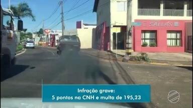 Carro flagrado soltando fumaça preta em avenida de Campo Grande é infração grave - Motorista é autuado com cinco pontos na carteira e multa de R$ 195.