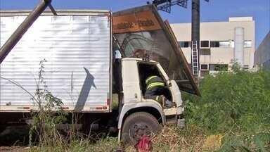 Caminhão perde freios e derruba placa publicitária em Campo Grande - Motorista ficou ferido. Trabalhadores tiveram que correr para não serem atingidos pelo caminhão.