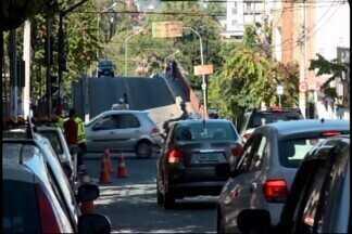 Nova sinalização é instalada no Centro de Divinópolis - Semáforo fica no cruzamento da Avenida Primeiro de Junho com a Rua Pernambuco. Pedestres devem ficar atentos com a sinalização.
