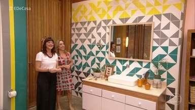 Designer ensina a fazer desenhos geométricos com adesivos para azulejos - Confira como mudar seu banheiro de forma econômica e sem obra