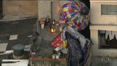 Homem quase se queima ao resgatar balão em São Paulo - Ele invadiu a laje de uma casa em São Bernardo do Campo para buscar balão que estava caindo. Outro balão foi solto na zona leste da capital.