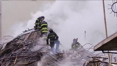 PLANTÃO JH: Bombeiros começam a remoção manual dos escombros após incêndio no Centro de SP - Bombeiros começam a fazer a remoção manual dos escombros após incêndio no Centro de SP