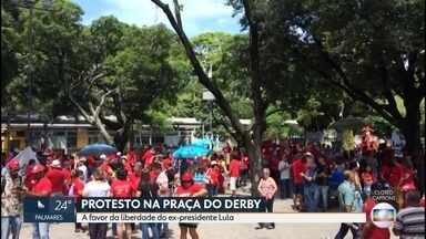Manifestantes fazem ato no Dia do Trabalhador em defesa de Lula - Grupo levou faixas e cartazes e promoveu apresentações culturais na Praça do Derby, no Centro do Recife.