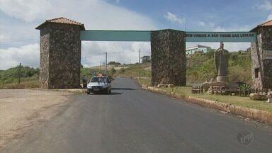 De Olho na Rua: prefeitura conserta asfalto na entrada de São Tomé das Letras (MG) - De Olho na Rua: prefeitura conserta asfalto na entrada de São Tomé das Letras (MG)