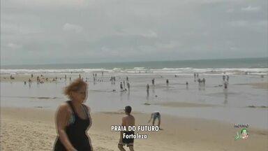 Turistas e fortalezenses aproveitam o feriado e lotam a Praia do Futuro - Corpo de Bombeiros acompanham os banhistas de perto.