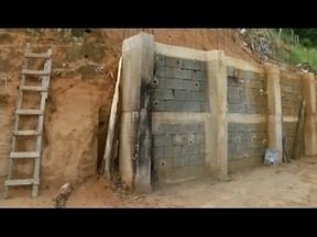 Calendário: em Timóteo moradores cobram novamente um muro de arrimo - Prefeitura afirmou que em abril as obras estariam finalizadas, mas não cumpriu.