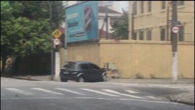 Motorista perde o controle e bate em muro de escola em Santos - Acidente aconteceu no bairro Macuco. Após a batida, condutor fugiu do local, deixando o veículo para trás. Ninguém se feriu.