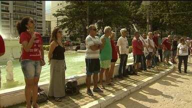 Protestos marcam o Dia do Trabalho em Santos - Em Santos, manifestantes se reuniram na Praça das Bandeiras, no Gonzaga.