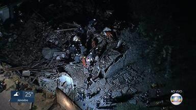 Casa desaba e deixa feridos na Região de Venda Nova, em Belo Horizonte - Pelo menos nove pessoas foram atingidas, segundo o Corpo de Bombeiros. A queda de um muro teria atingido a casa.