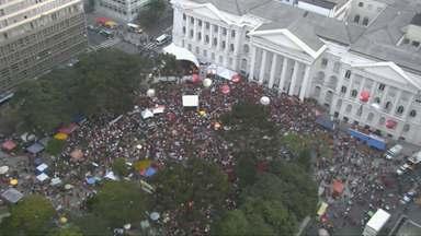 Centrais sindicais se reúnem em Curitiba para lembrar o 1º de Maio - Milhares de pessoas participaram das manifestações na Praça Santos Andrade
