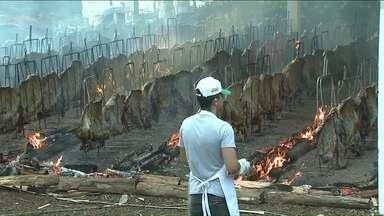 Maior churrasco do Brasil comemora Dia do Trabalhador em Cascavel - São assadas toneladas de carne. Festa que já tem mais de meio século reúne milhares de pessoas.