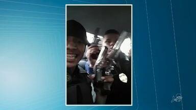 Presos dois suspeitos que aparecem exibindo armas e distintivos da polícia civil em vídeo - Confira mais notícias em g1.globo.com/ce