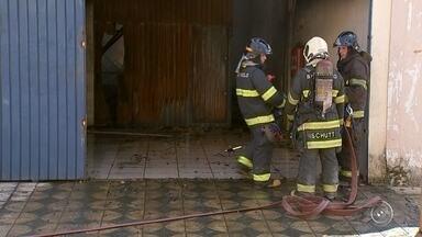 Incêndio em fábrica de bolsas já dura mais de 15 horas - O Corpo de Bombeiros segue tentando controlar o incêndio na fábrica de bolsas e calçados, na Zona Oeste de Sorocaba (SP). Já foram mais de 15 horas de trabalho para apagar o fogo.