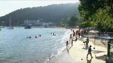 Calor e tempo estável no feriado aumentam movimento nas praias de Angra - Muitos turistas aproveitaram pra descansar e curtir o último dia da folga prolongada.