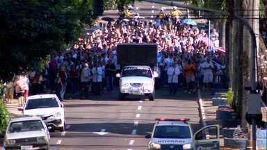 Católicos participam de caminhada com imagem peregrina de Nossa Senhora - Evento foi em Presidente Prudente.