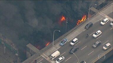 Incêndio destrói galpão usado por escolas de samba, no Rio - Não há informações de feridos.