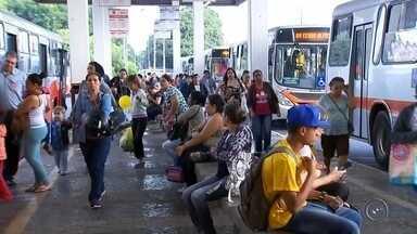 Moradores que estudam fora de Marília perdem direito a meia passagem no ônibus - Estudantes que fazem curso livres, profissionalizantes e cursinhos e também aqueles que moram em Marília (SP), mas estudam fora da cidade, não podem mais pagar meia passagem no ônibus municipal. A decisão é resultado de uma ação da Associação Mariliense de Transporte Urbano (AMTU) contra a prefeitura.