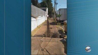 Moradores aguardam conserto de calçada em frente a poço do Daerp em Ribeirão - O problema acontece na Rua Thomaz Nogueira Gaia.