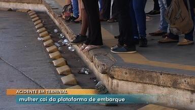 Mulher fica ferida após cair de plataforma de terminal de ônibus em Goiânia - Caso foi relatado por outros passageiros que também estavam no ônibus.